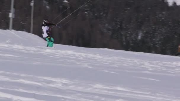 Snowkiter surfování a skákání na zamrzlém jezeře