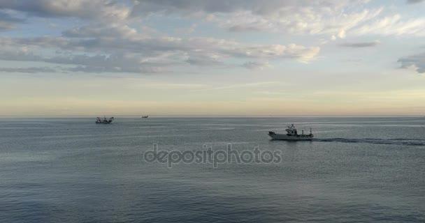 Fischerboote fangen Muscheln mit Baggern