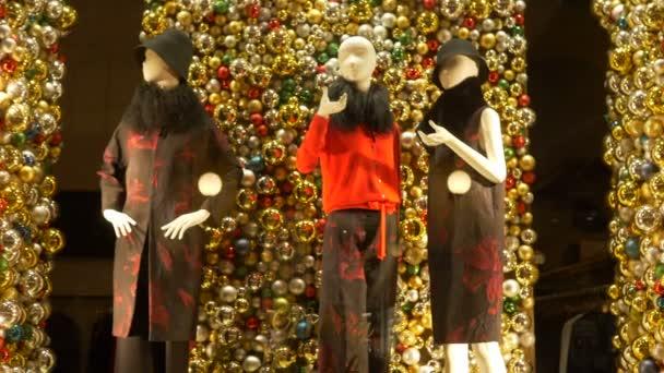 Veselé Vánoce, napsané na obchodu módou