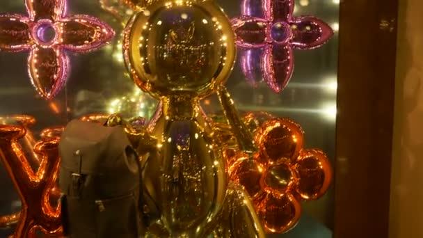 Balón ve tvaru figuríny v módní obchod showcase