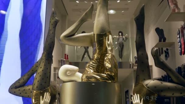 Sexy ženské figuríny uvnitř domu módní přehlídky