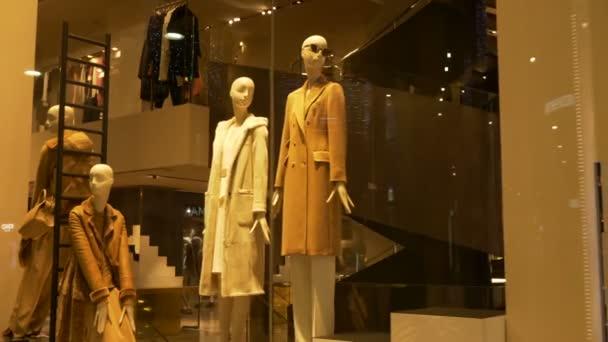 Elegantní figuríny ženy poblíž schodů v módní přehlídky shop
