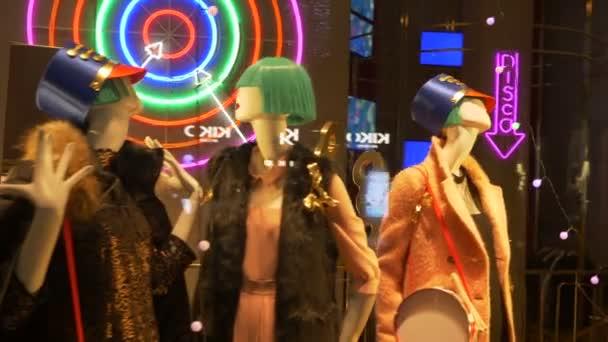Figuríny ženy hračka a velké vojáčky v módní přehlídky shop