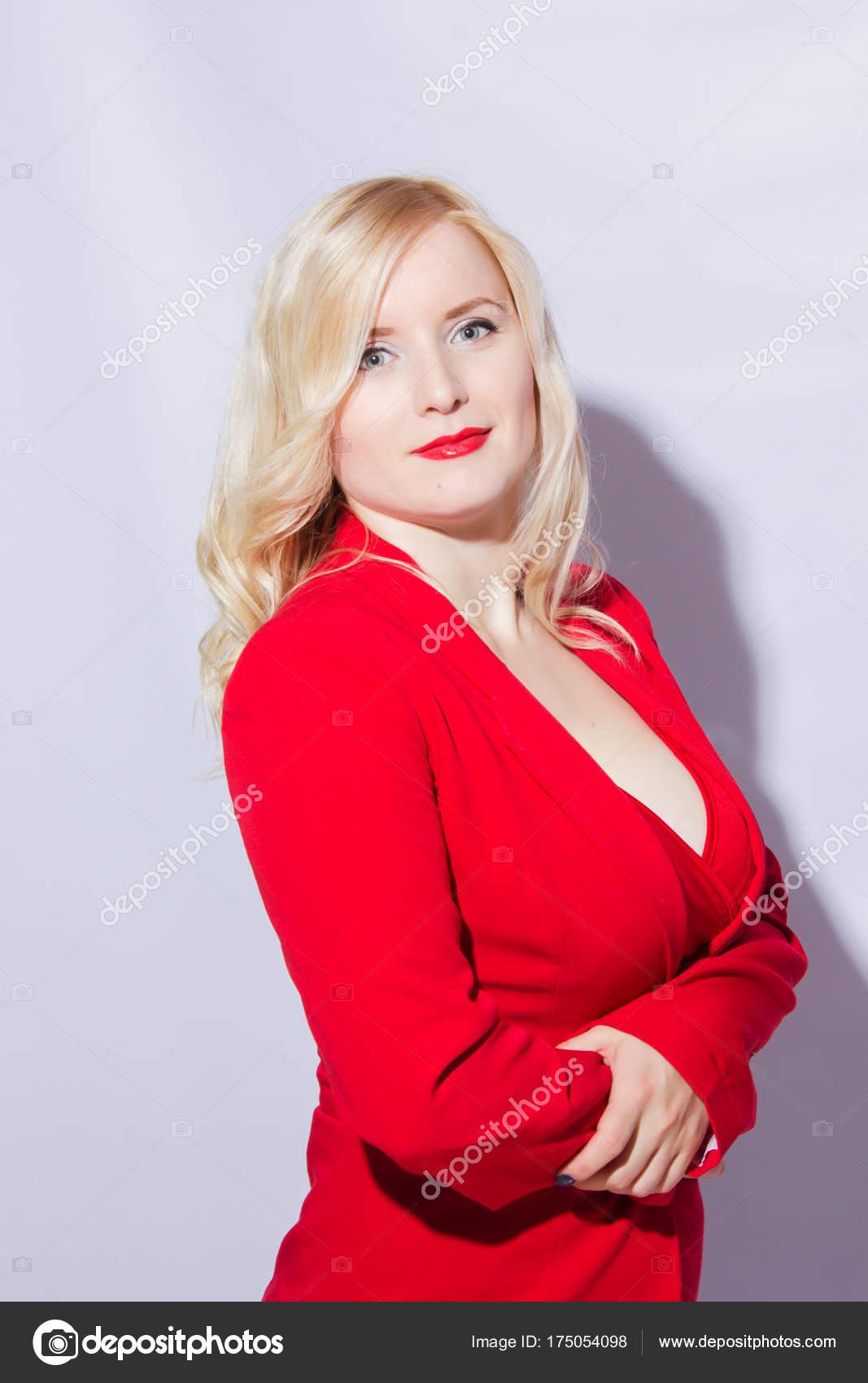 b6d18a3b041f Bella Sexy Elegante Modello Femminile Biondo Vestito Rosso — Foto Stock