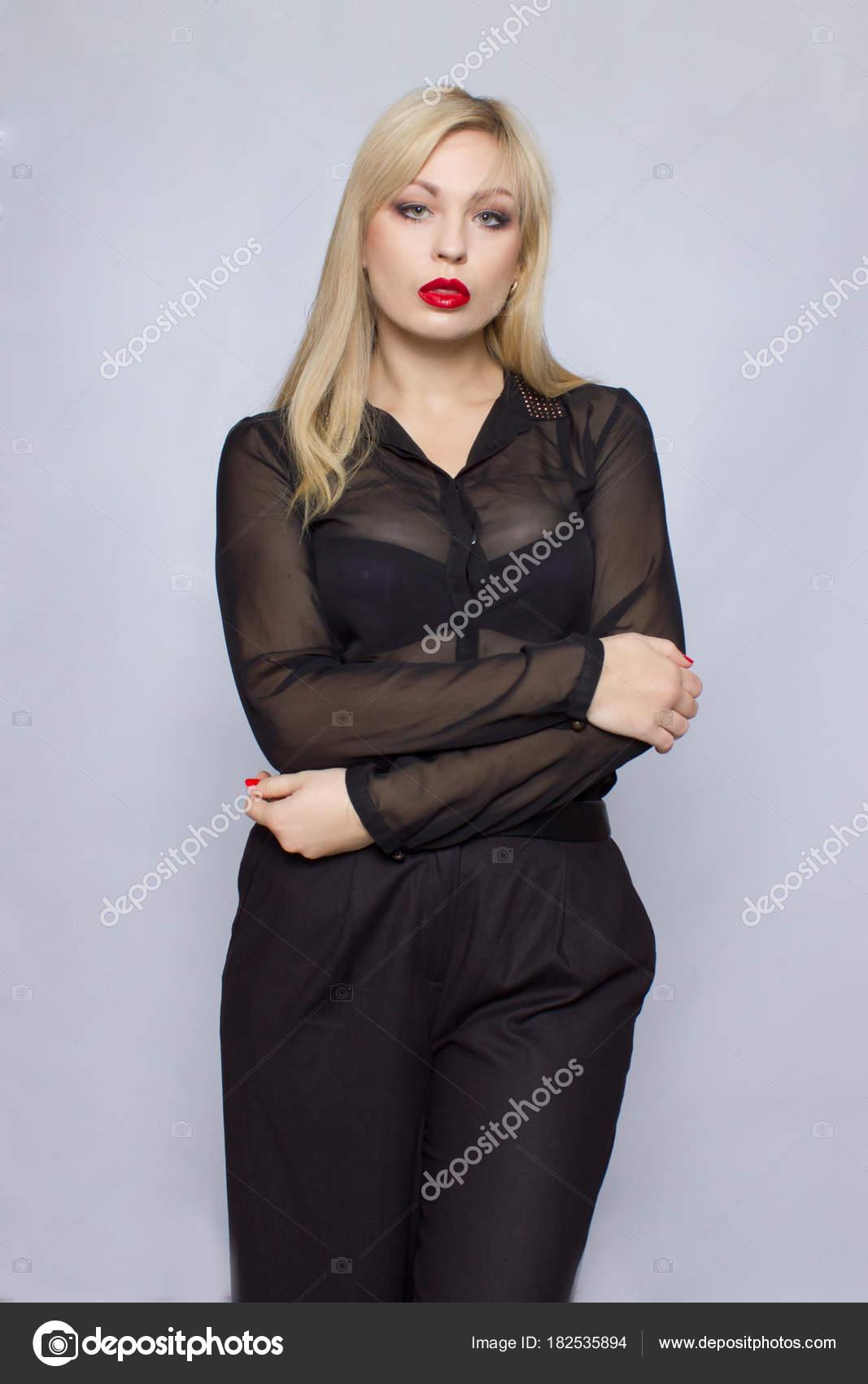 1ddacf47ab Szép szexi csinos lány viselni a fekete ruha blúz és nadrág hölgy főnök  üzleti nő tan bőr hosszú, szőke haja fél stílus divat védőharang stúdió  szürke ...