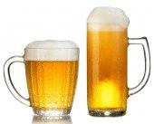 Cold džbánek piva s pěnou izolovaných na bílém pozadí