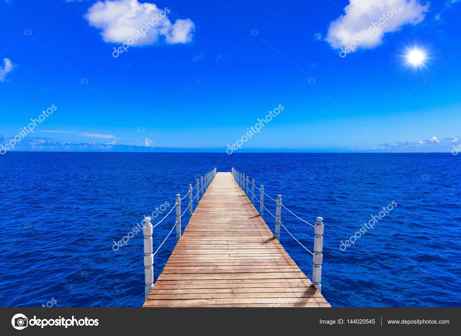 pont en bois s 39 avance dans la mer photographie db rus 144020545. Black Bedroom Furniture Sets. Home Design Ideas