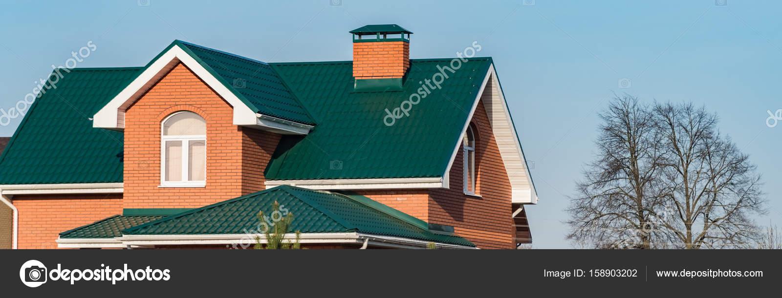 Casa Con Una Ventana De Techo A Dos Aguas