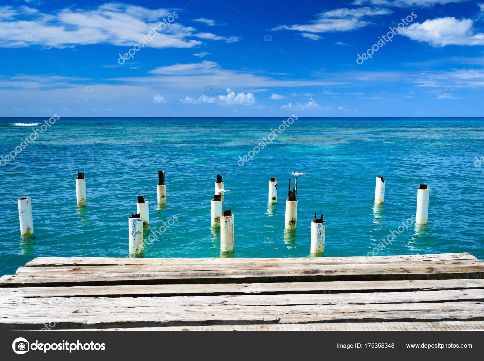 pont en bois s avance dans la mer r publique dominicaine photographie db rus 175358348. Black Bedroom Furniture Sets. Home Design Ideas