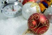 Nový rok hodiny lež v zářivě barevné lesklé pozlátko
