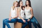 moderne Sirenen, weibliches Modekonzept. Gruppenporträt von gesunden Menschen