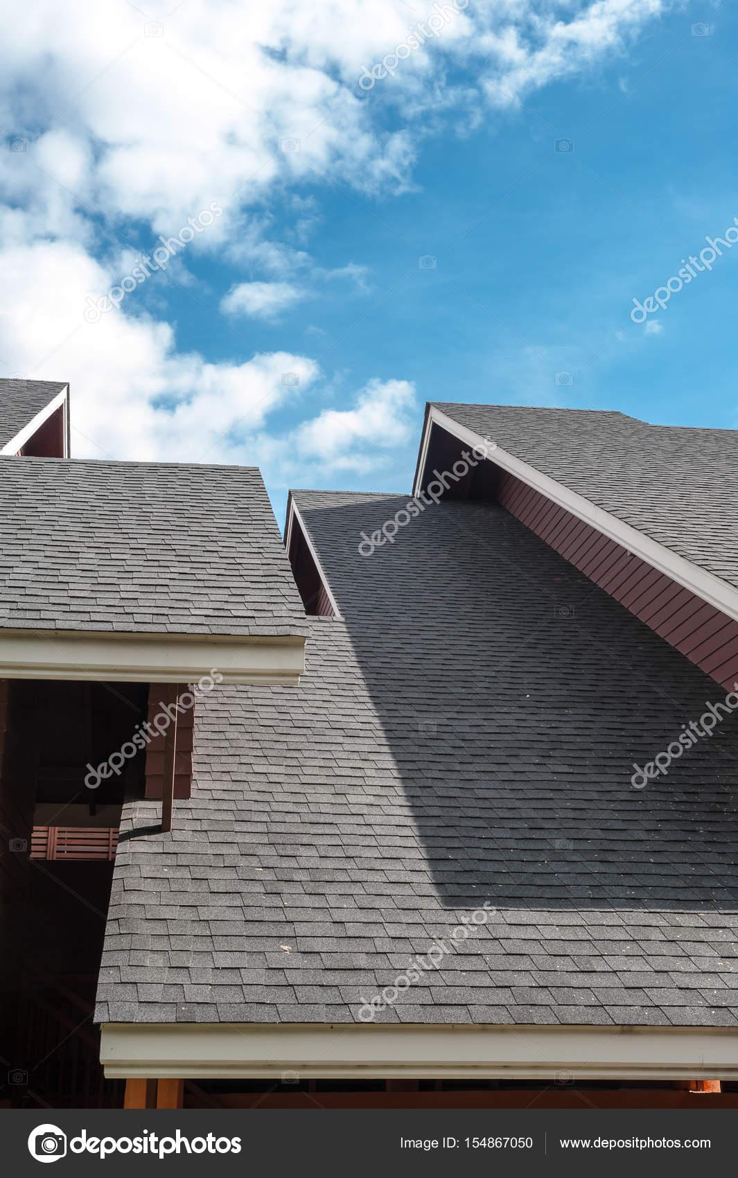 Schindeln Dach, zeitgenössischen Stil — Stockfoto © jiggo_thekop ...
