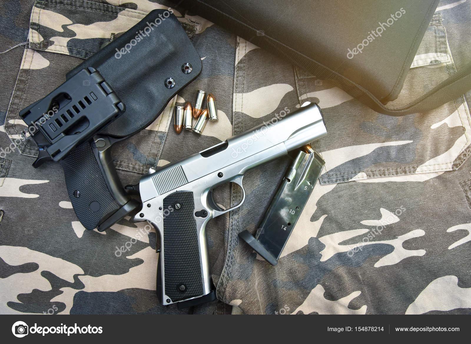 60ccde5f09 Δύο ημι-αυτόματο πιστόλια και τσάντα σε στρατιώτη παντελόνι παραλλαγής —  Εικόνα από ...
