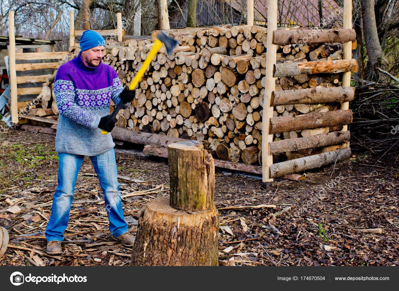 homme b cheron avec une hache jaune couper bois pour feu. Black Bedroom Furniture Sets. Home Design Ideas