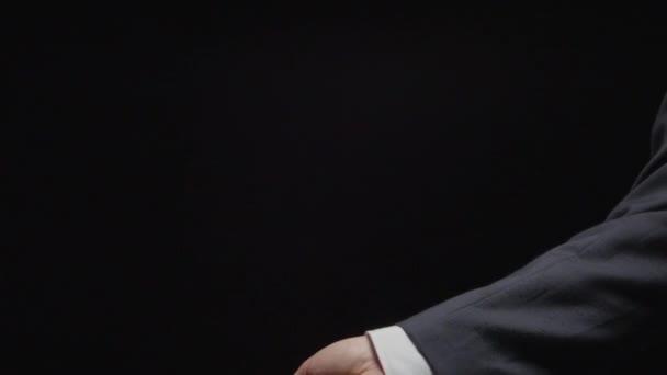 Zeitlupe: Geschäftsmann Hand wirft mehrere rote Spielwürfel (Seitenansicht))