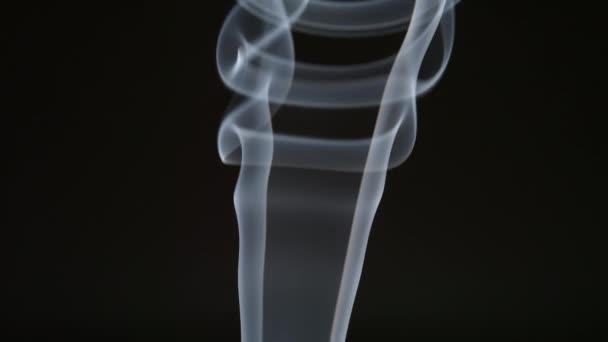 Rallentatore: Linea curva di fumo su sfondo nero