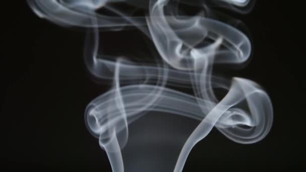 Lassú mozgás: Göndör sor füst felemeli sötét háttér előtt
