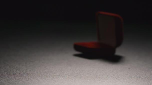 Slow Motion: Krabičky s zlatý prsten spadne na podlahu