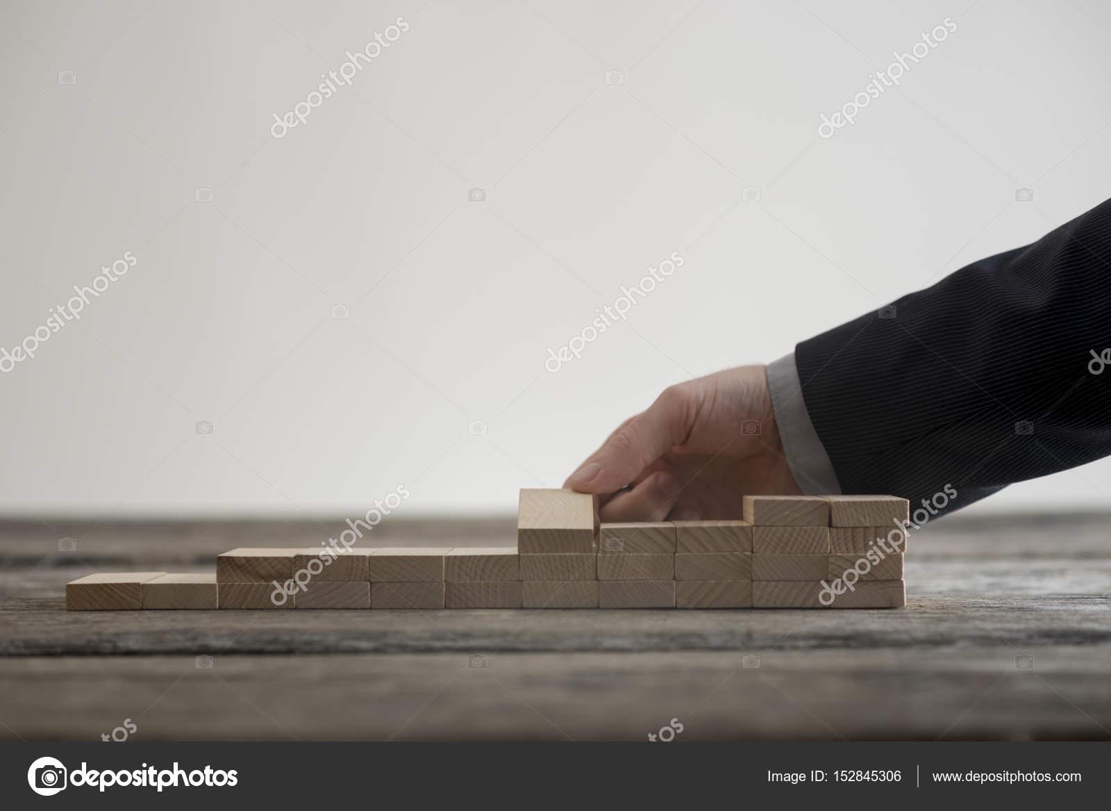 nahaufnahme der männlichen hand kleine treppe bauen — stockfoto