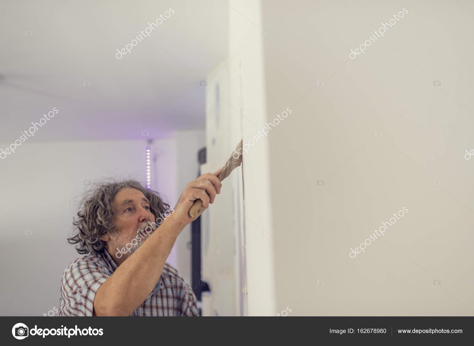 seitenansicht eines mannes eine wand verputzen — stockfoto © gajus