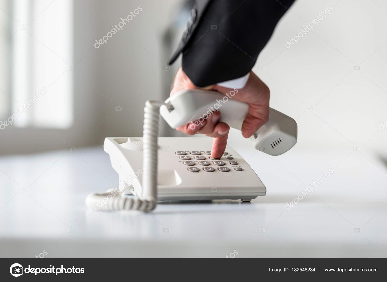 Бизнесмен, посылка вызова на телефон — стоковое фото © gajus.