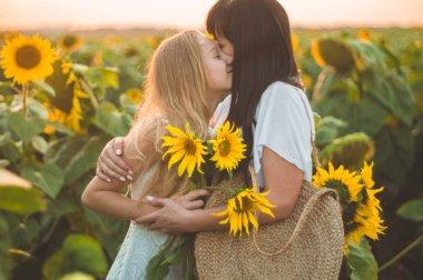 """Картина, постер, плакат, фотообои """"Счастливая мать и ее дочь-подросток на подсолнечном поле. Счастье на открытом воздухе"""", артикул 339629256"""