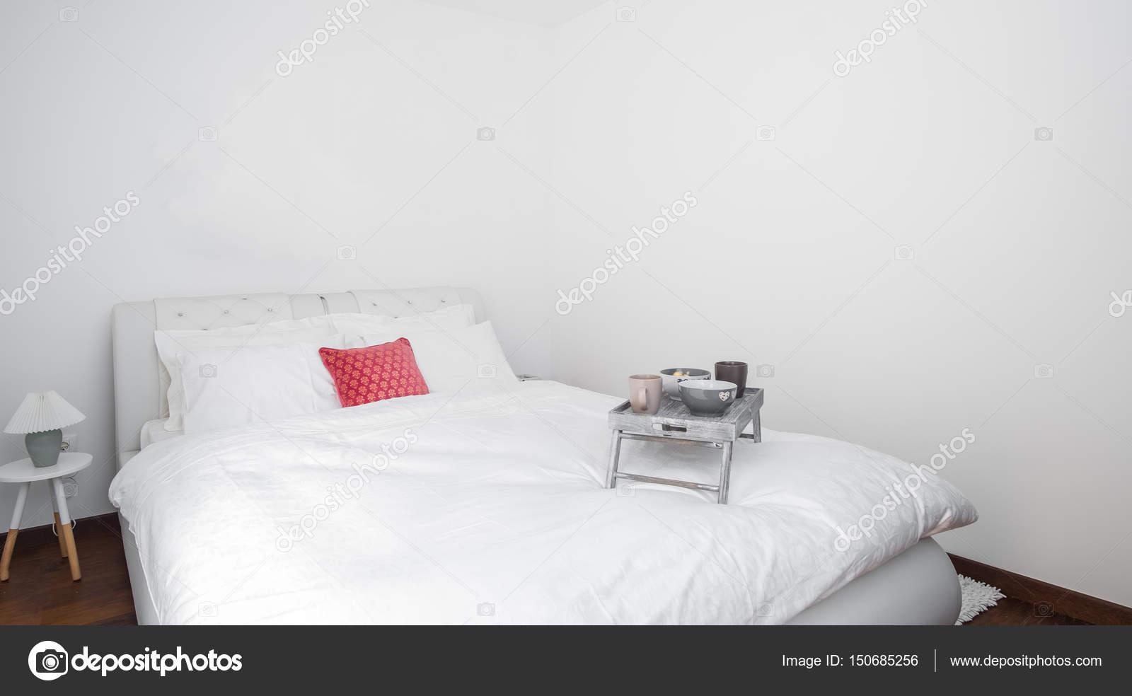 Bianco pulito e camera da letto moderna con la parete vuota — Foto ...