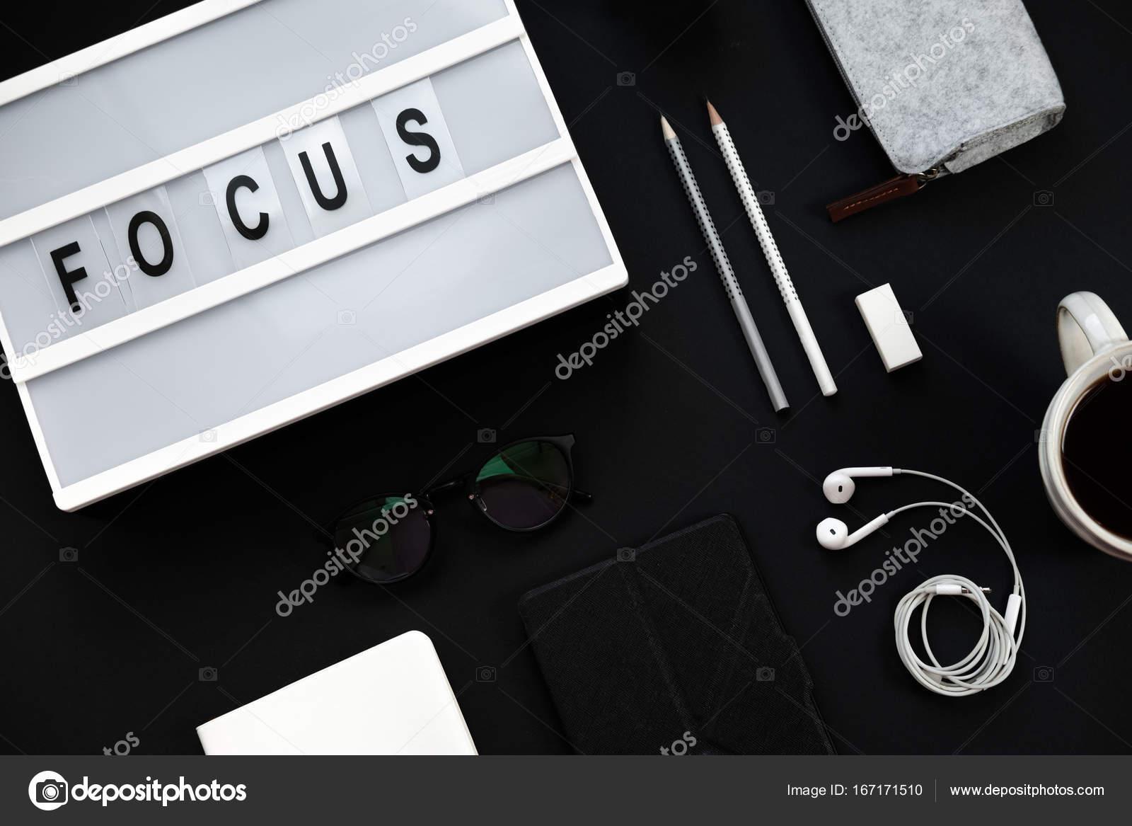 Ufficio Del Lavoro In Nero : Scrivania tavolo nero minimo dellufficio. area di lavoro con il