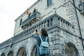 Junge Frau mit blauem Rucksack macht Fotos vom Tatort
