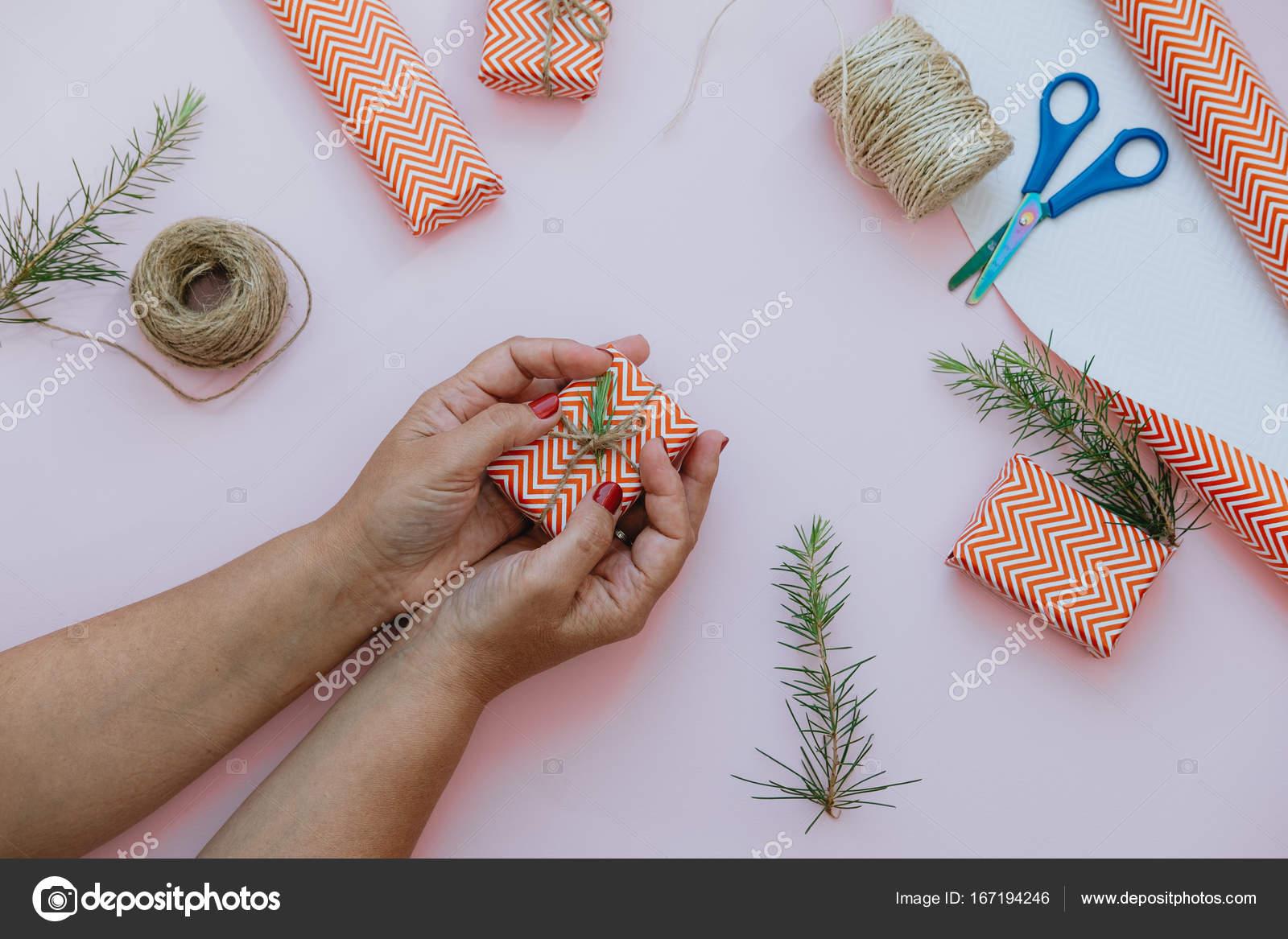 Frau Hand mit rot Weihnachtsgeschenk-Boxen, Verpackung, Bindfäden ...
