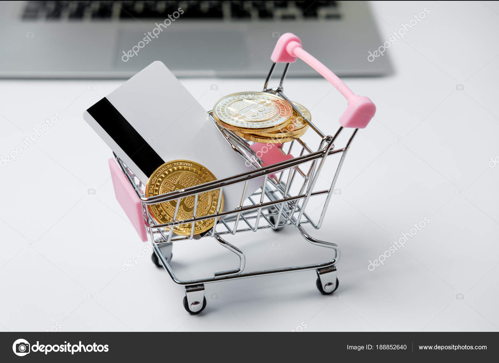 Panier avec bitcoin et carte de crédit sur le bureau blanc. crypte