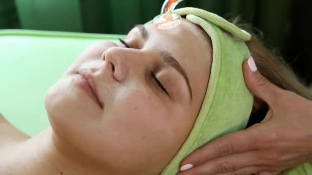 Stimulierung der Haut bei der Kosmetikerin