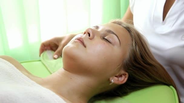 Die Hände der Kosmetikerin reinigen die Haare der Kundin