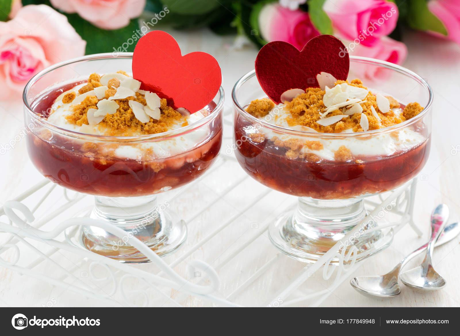 Portionierte Dessert Mit Beeren Marmelade Und Sahne Zum Valentinstag