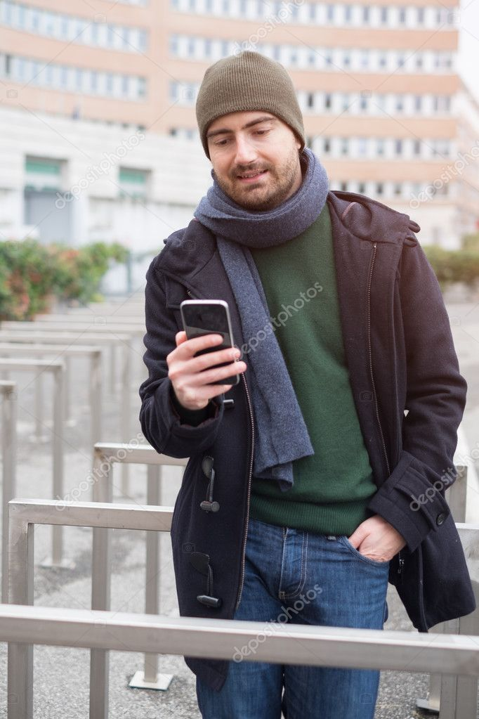 6d0cb751ee Hombre casual Vestido de la ciudad en un día de temporada de invierno —  Foto de