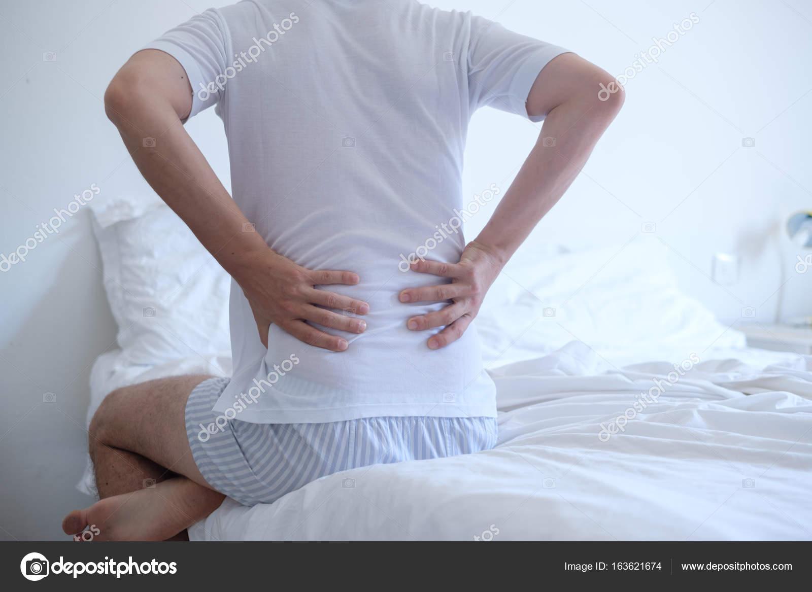 Mann Gefühl Rückenschmerzen im Bett nach dem schlafen — Stockfoto ...