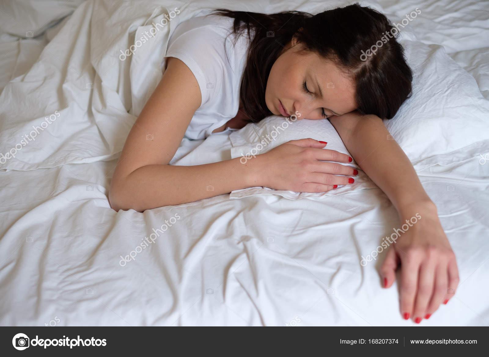 Спящая и ей толкают, Порно видео со спящими - смотреть онлайн бесплатно 22 фотография