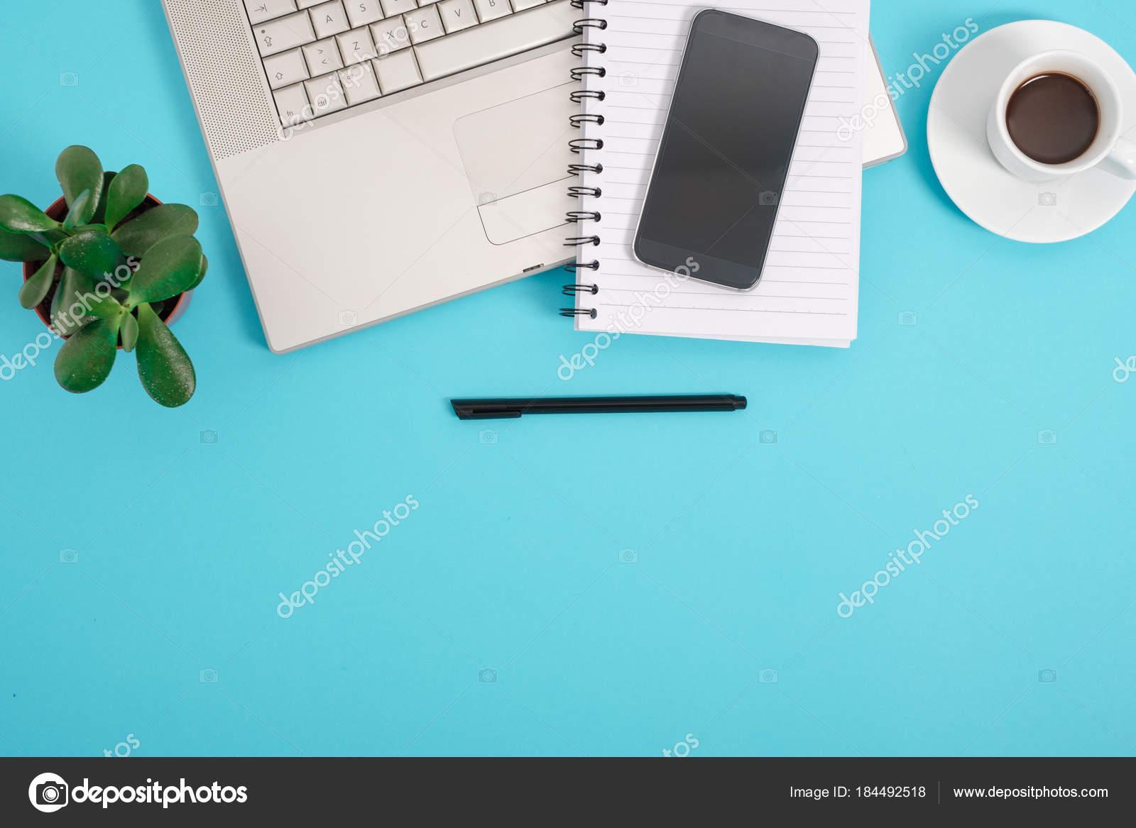 Scrivania Ufficio Blu : Tavolo da ufficio blu scrivania con un sacco di cose su di esso