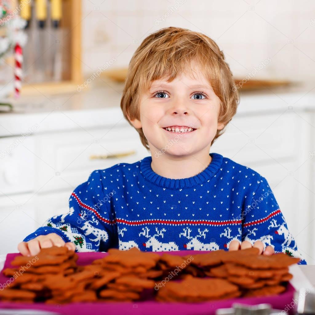 Wenig kid Boy Backen Weihnachtsplätzchen zu Hause — Stockfoto ...
