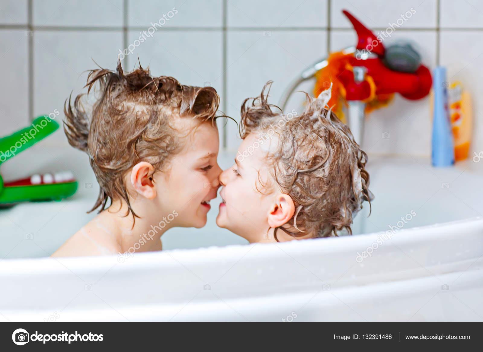 Vasca Da Bagno Per Bambini : Due bimbi piccoli ragazzi che giocano insieme nella vasca da bagno