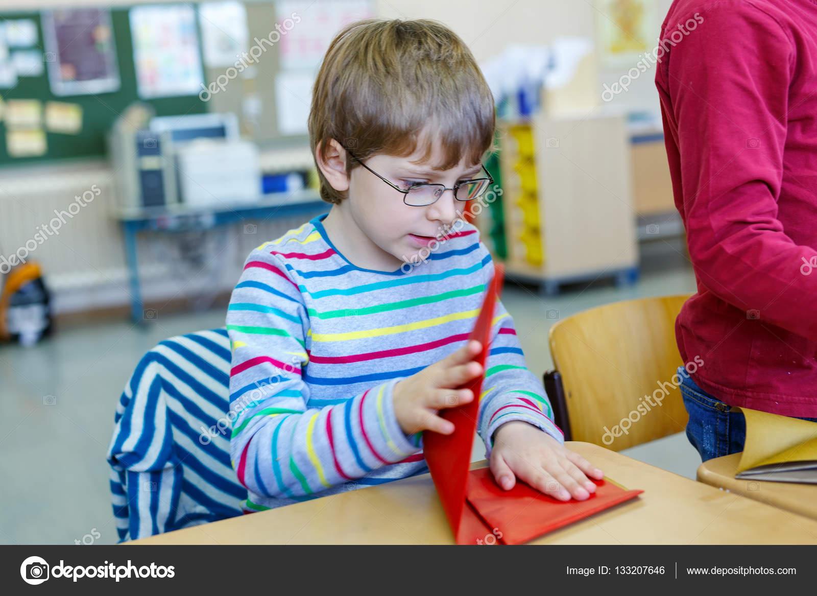 iskola gyerek fiú szemüveg színes papír játszik b5b7ec5829