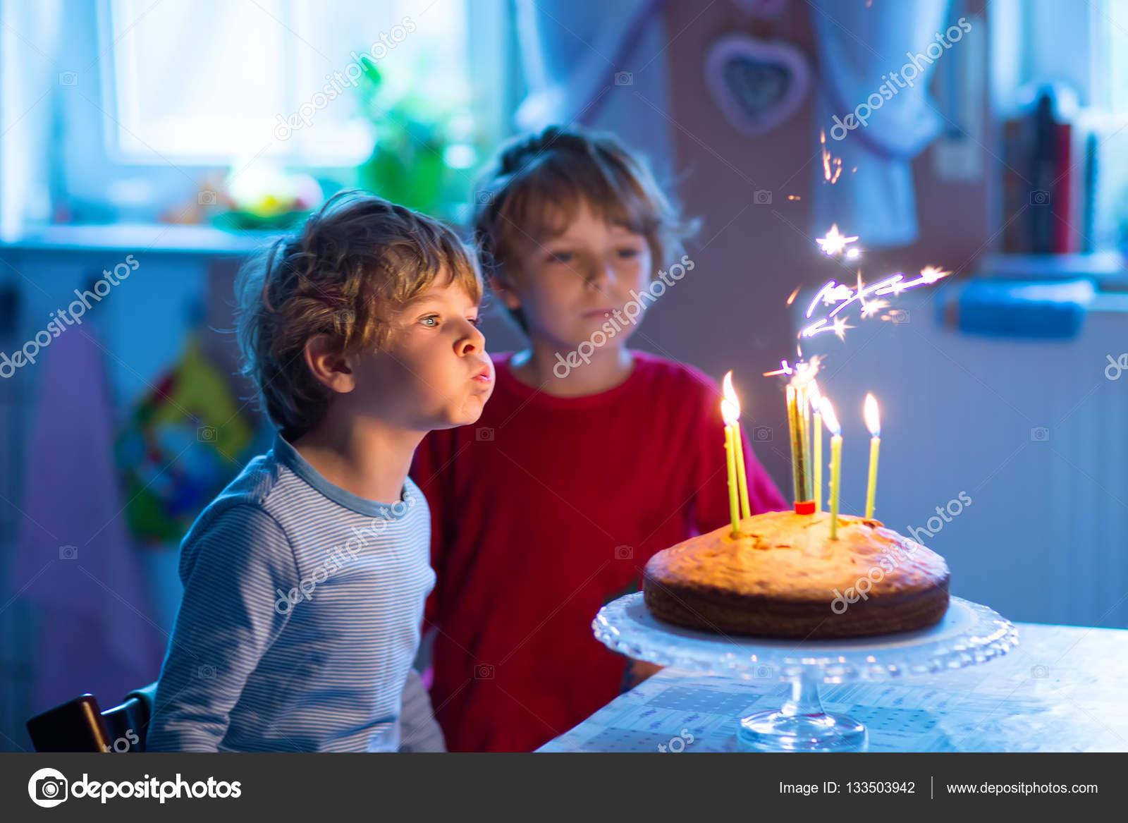 Wenig Kinder Jungen Zwillinge Feiert Geburtstag Und Ausblasen Der