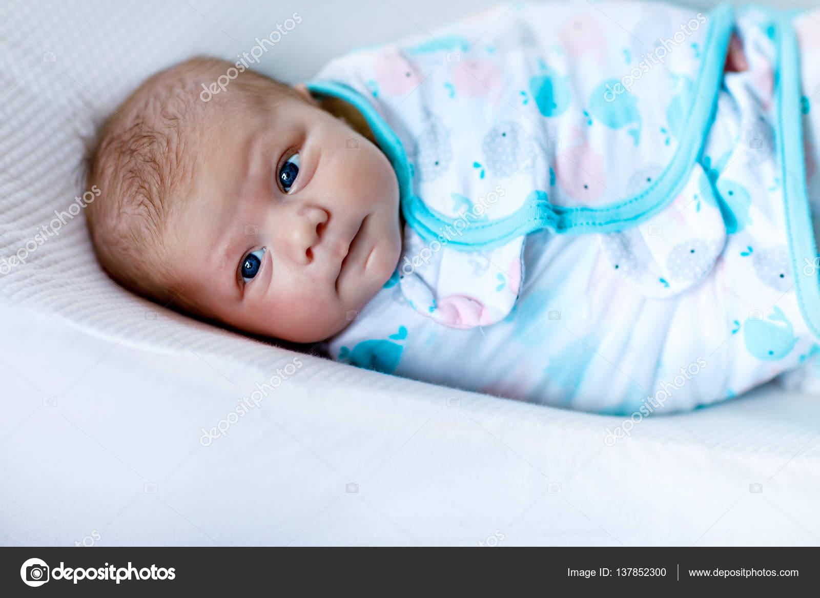 Linda niña bebé recién nacido envuelto en cobija — Fotos de Stock ... 97827a3057d