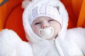 Portrét roztomilé novorozeně v teplé zimní oblečení