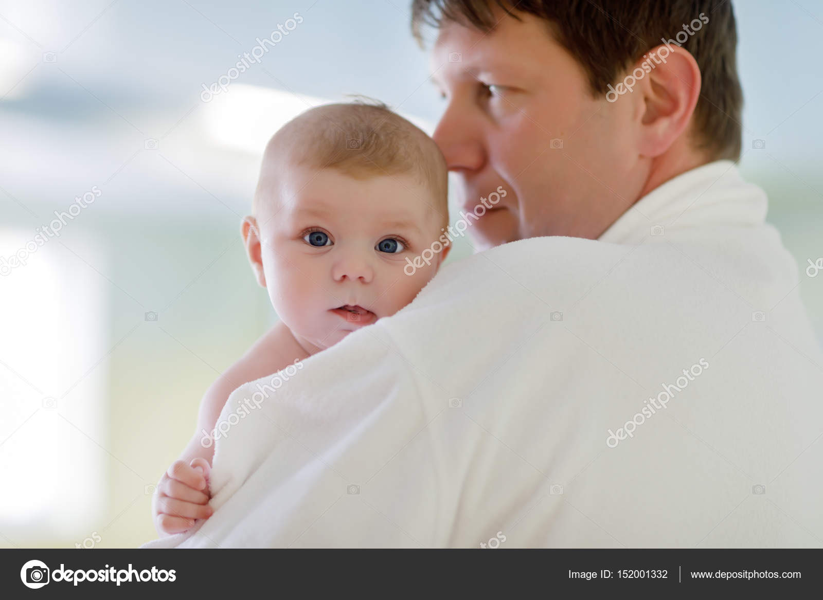 Папа и спящая дочка