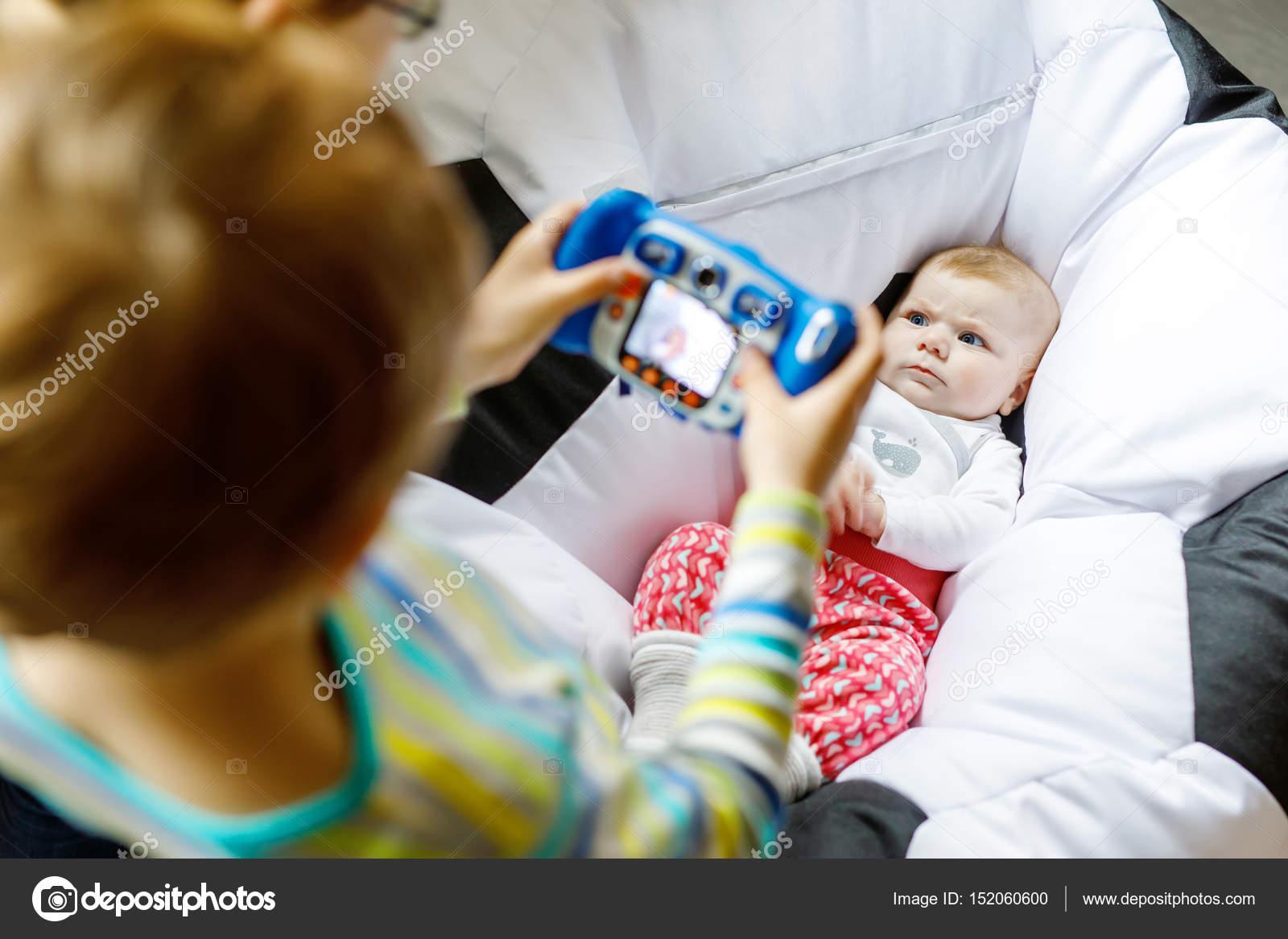 2 人の兄弟の子供の男の子かわいい女の赤ちゃんのおもちゃのカメラで写真
