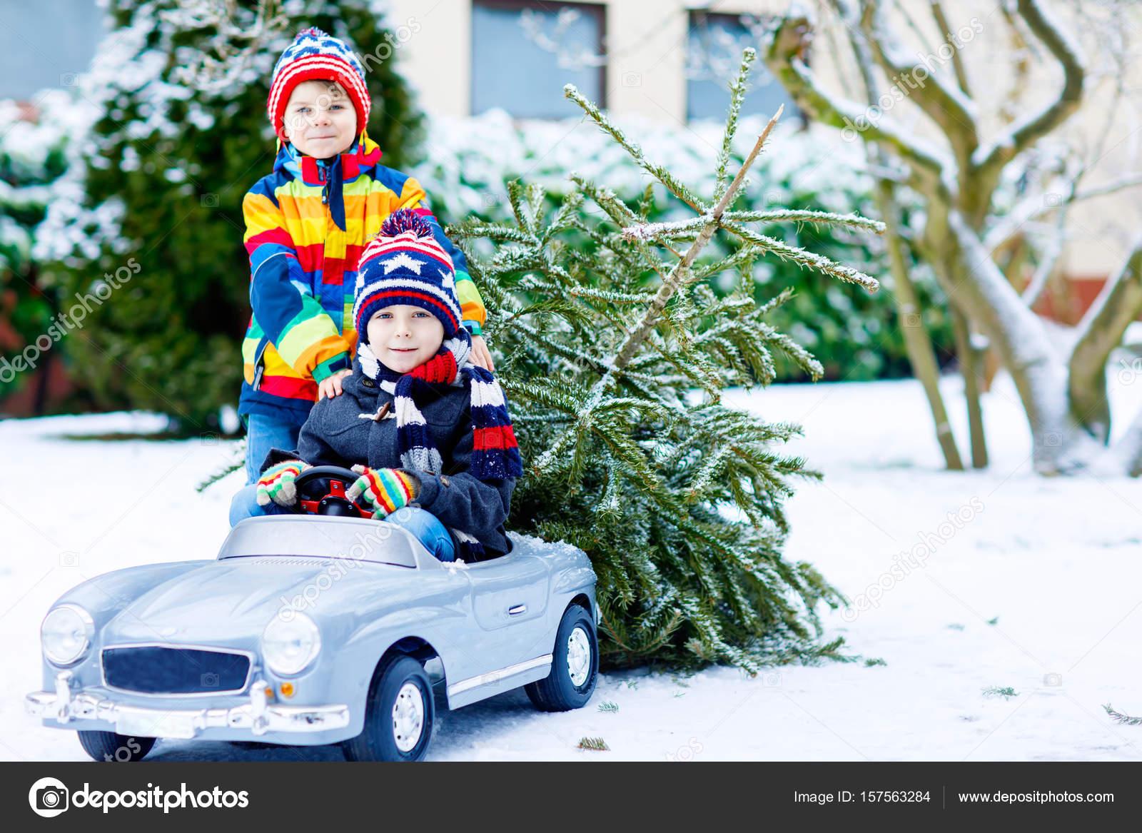 Twee Kid Beetje Jongens Speelgoed Auto Met Kerstboom Stockfoto
