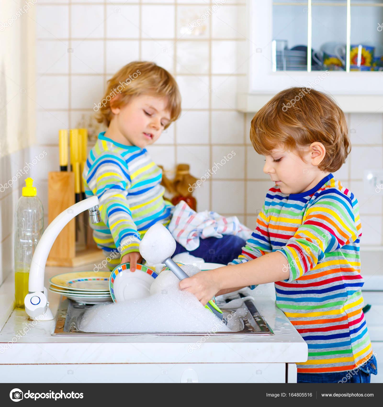 Dos Niños Poco Muchachos Lavando Platos En La Cocina Doméstica