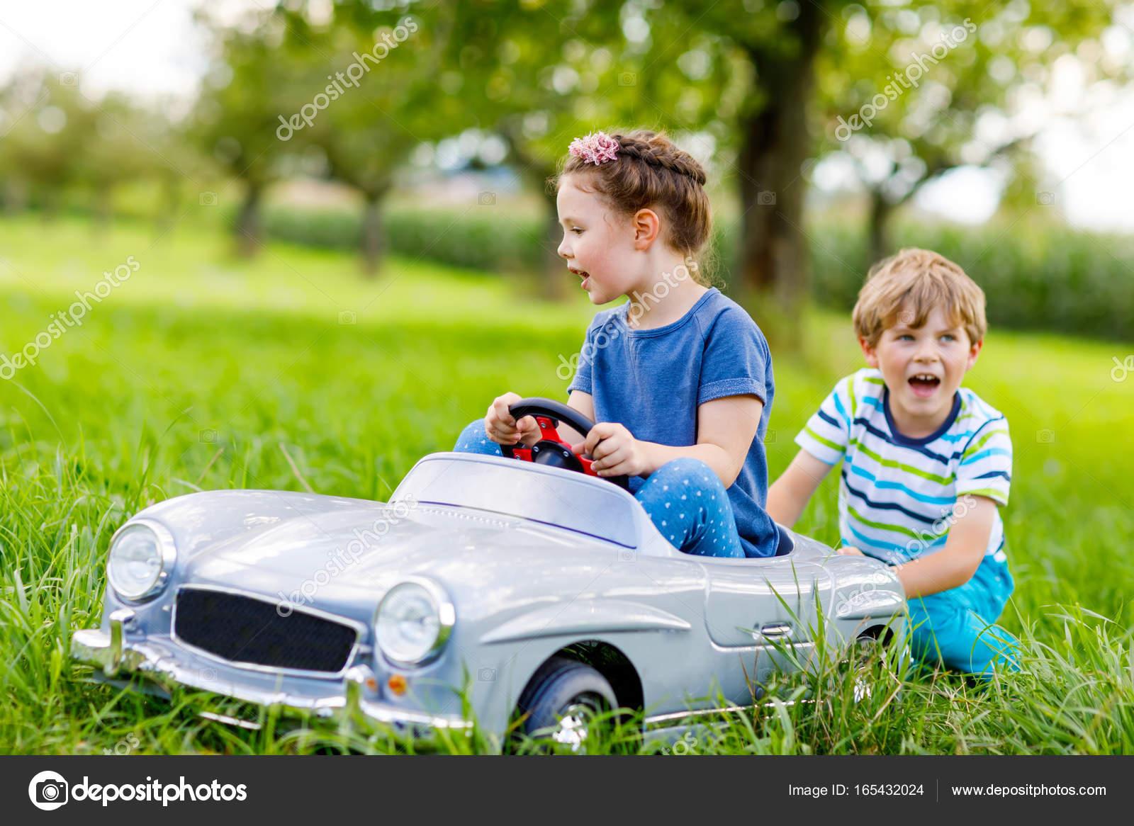 Y Gran Felices El JardinDos Niños Niñas Niña Juega En N0nw8vmO