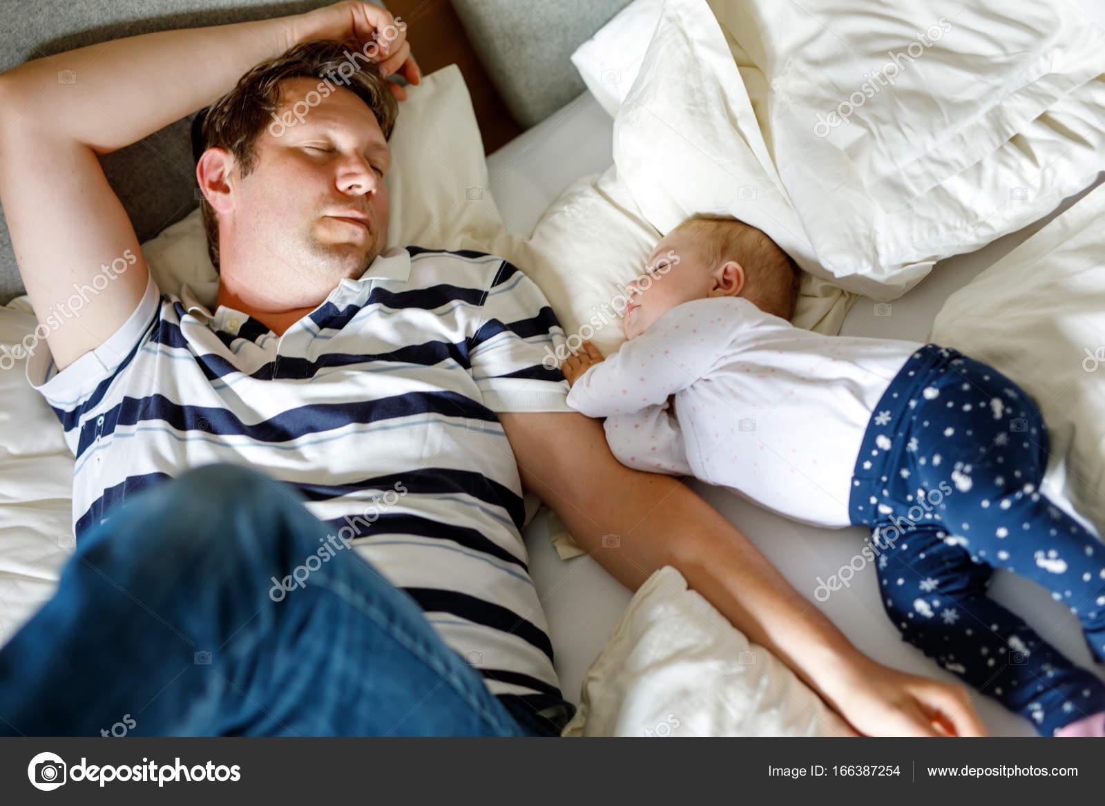 Трахнул красивую сестру пока она спала, У брата и сестры одна комната на двоих - видео ролик 16 фотография